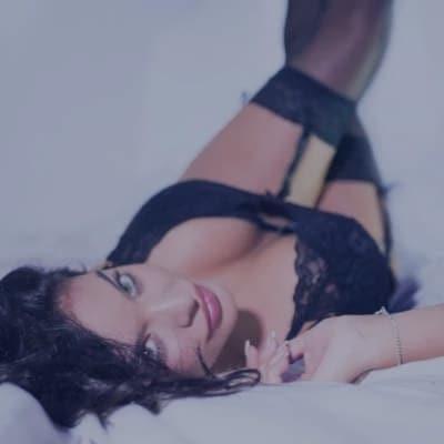 kvinde-i-soedt-sort-lingerie
