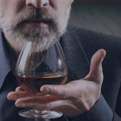 mand-nyder-cognac-til-smagnings-oplevelse